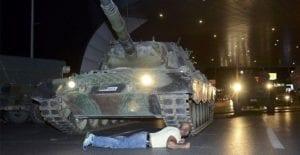 tankin-altina-yatan-adam